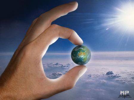 planète entre deux doigts